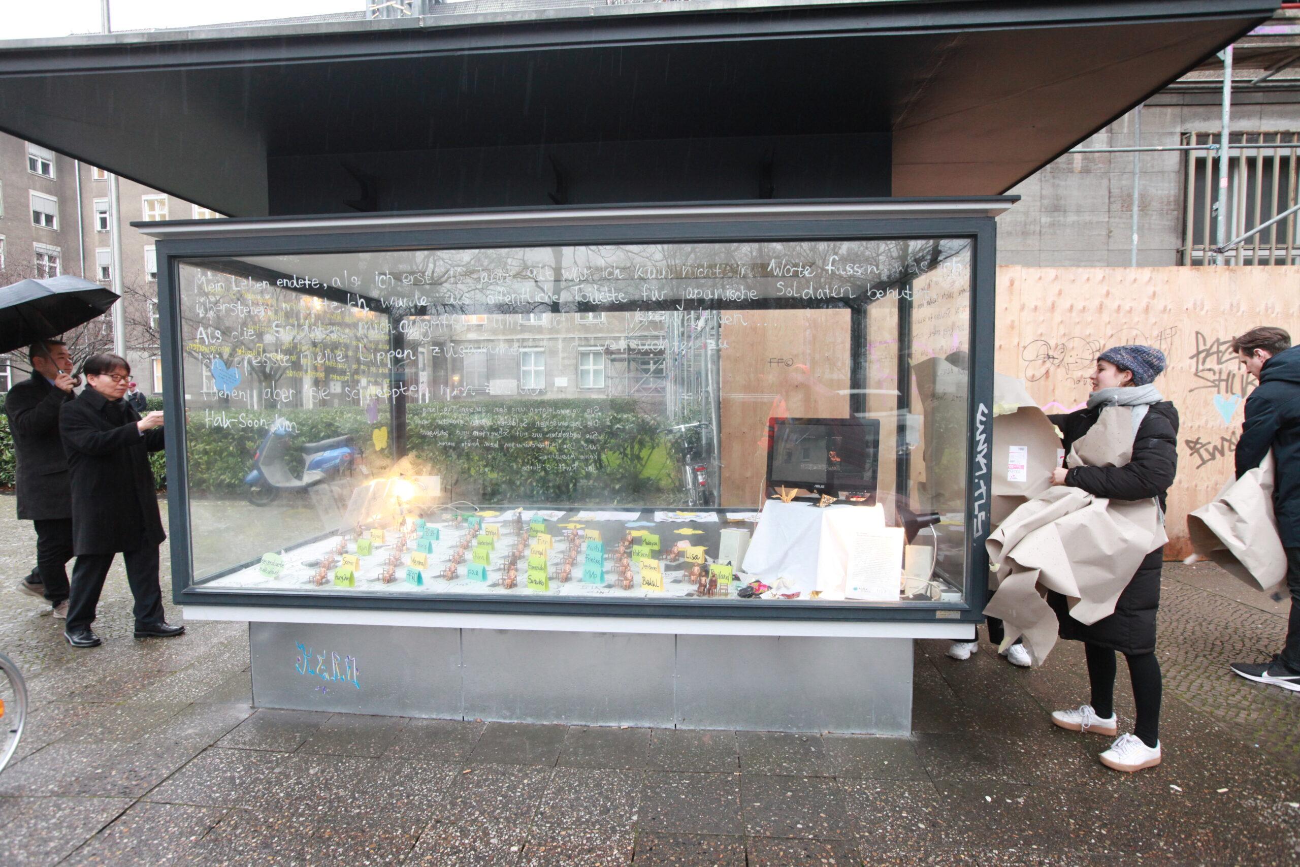 Die Ausstellung in der Vitrine vor dem Rathaus Tiergarten (Foto: Uli Kretschmer)
